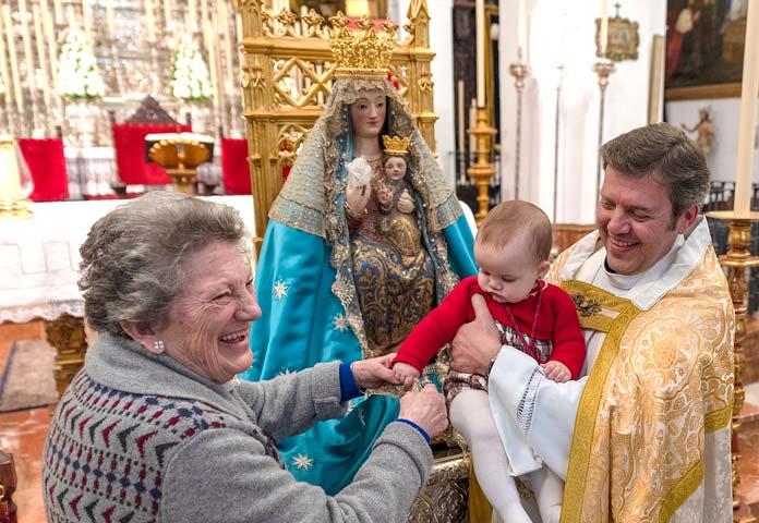 niños ante la Virgen de Valme